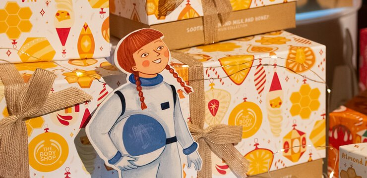 Body Shop Norge Christmas Photoshoot Female Astronaut